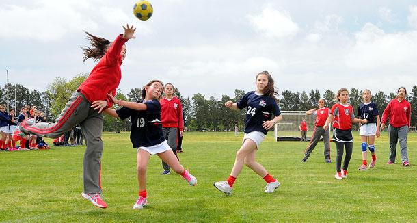Grupo de jóvenes jugando al handball.